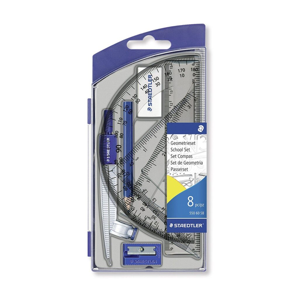 Staedtler har lavet et sæt med passer, linealer, vinkelmåler, tegnetrekanter, blyant, viskelæder og blyantspidserspidser. 8 dele i hårdt plast etui.